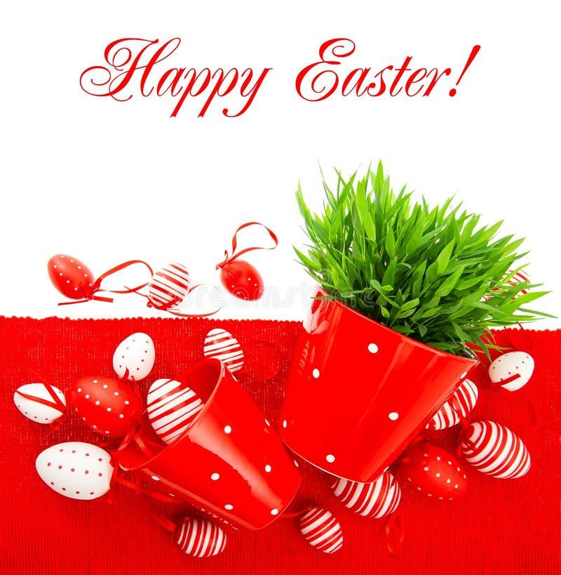 Czerwoni Easter jajka z zieloną trawą nad stołową pokrywą obraz stock
