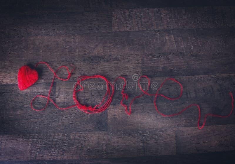 Czerwoni gejtawy w kształcie serca i teksta miłość obrazy royalty free