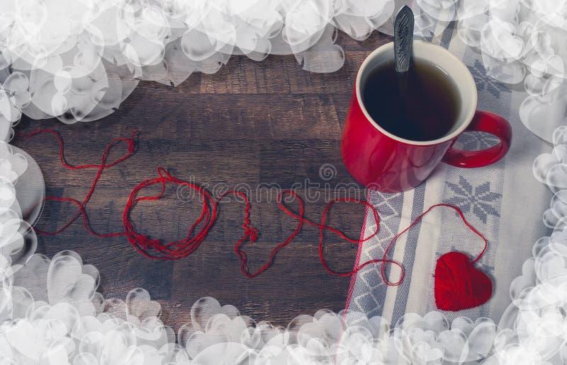 Czerwoni gejtawy w kształcie serce i filiżanka zdjęcie royalty free