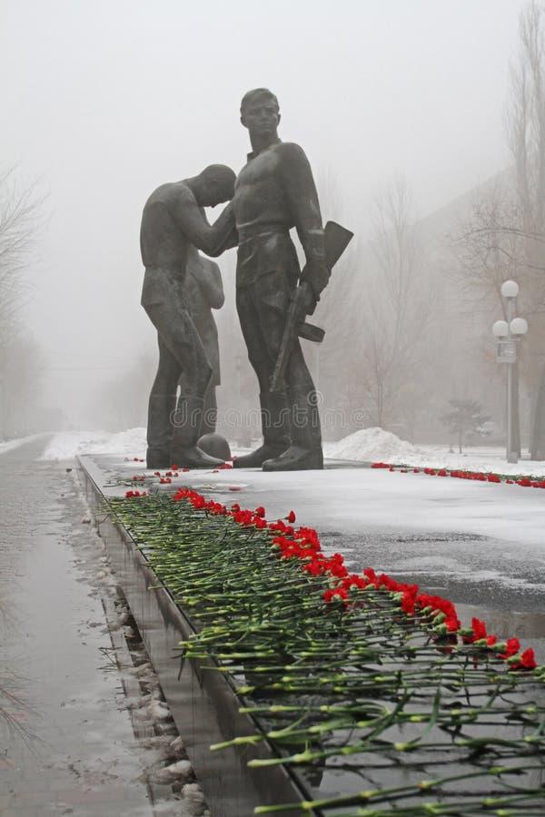 Czerwoni goździki wyznaczający zabytek komsomołów członkowie w Volgograd obrazy stock