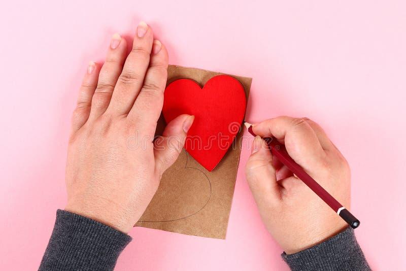 Czerwoni handmade diy serca robić karton, przędza na różowym tle Prezentów pomysły dla walentynka dnia, dzień miłość, pojęcie Lut fotografia stock