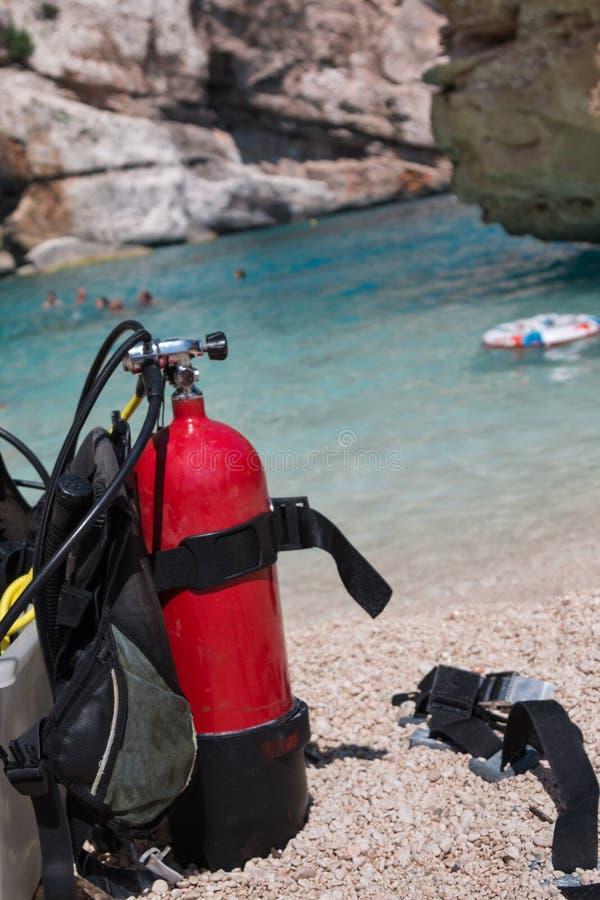 Czerwoni i Żółci akwalungów zbiorniki tlenu dla nurków na plaży obrazy royalty free