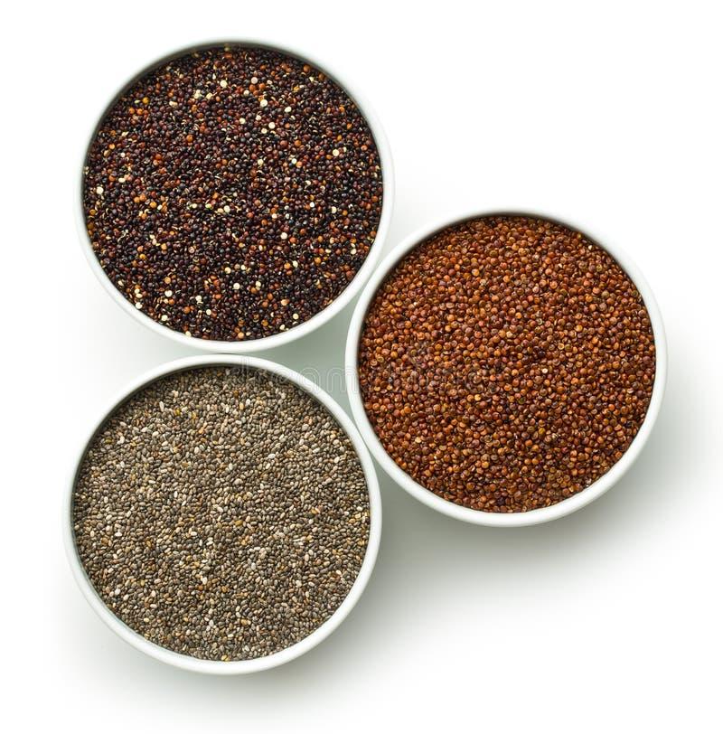 Czerwoni i czarni ziarna quinoa i chia zdjęcia stock