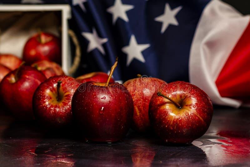 Czerwoni jabłka, gwiazdy i lampas flaga amerykańska zdjęcia stock