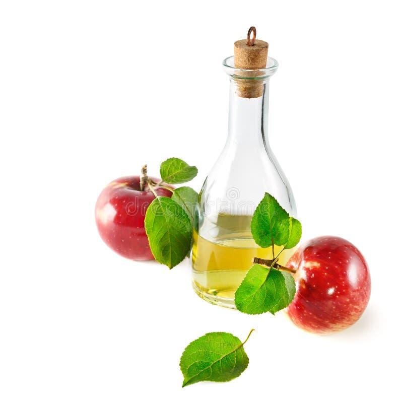 Czerwoni jabłka i jabłczanego cydru ocet odizolowywający na bielu obraz stock