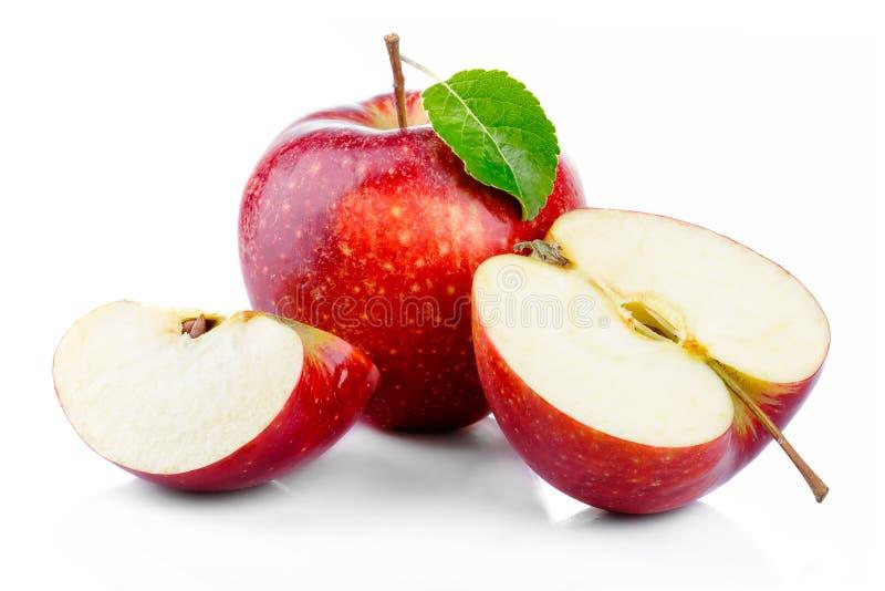 Czerwoni jabłka z liściem i połówki sekcją odizolowywającymi na bielu obraz royalty free