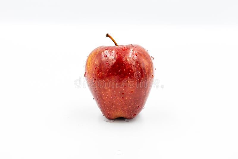 Czerwoni jabłka zakrywający z wodnymi kroplami obrazy royalty free