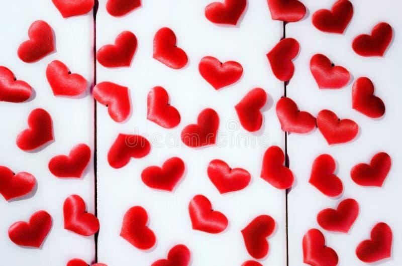 Czerwoni jaskrawi serca na białym tle fotografia stock