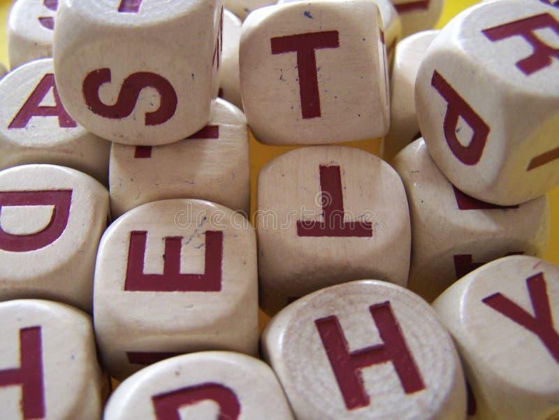 Czerwoni Kapitałowi listy na Białych Drewnianych kostkach do gry Przypadkowo Układać zdjęcie stock