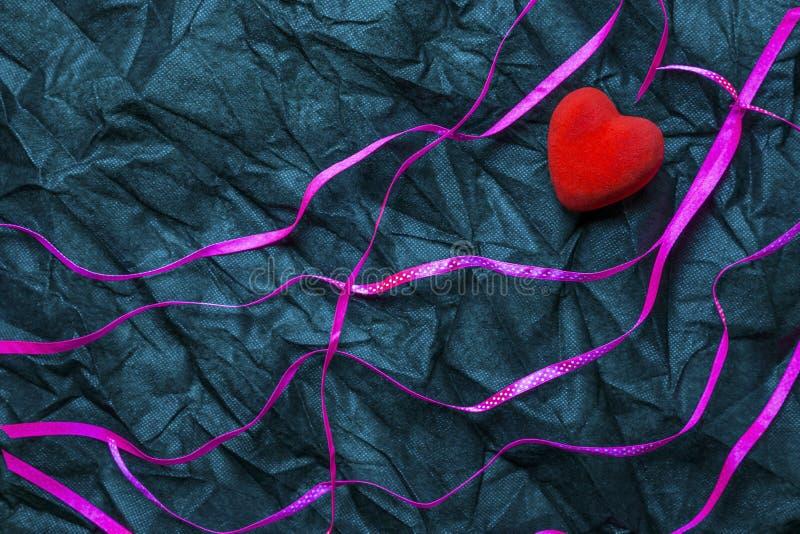 Czerwoni Kierowi I Purpurowi faborki Z Białym polki kropki wzorem Na Marszczącym Czarnym tekstury tle Szczęśliwy walentynki ` s d fotografia stock