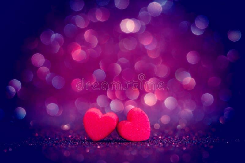 Czerwoni Kierowi kształty na abstrakta świetle połyskują tło w miłości co obraz royalty free