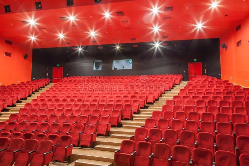 Czerwoni kina lub theatre siedzenia Pusty teatr, filmu audytorium z siedzeniami zdjęcia royalty free