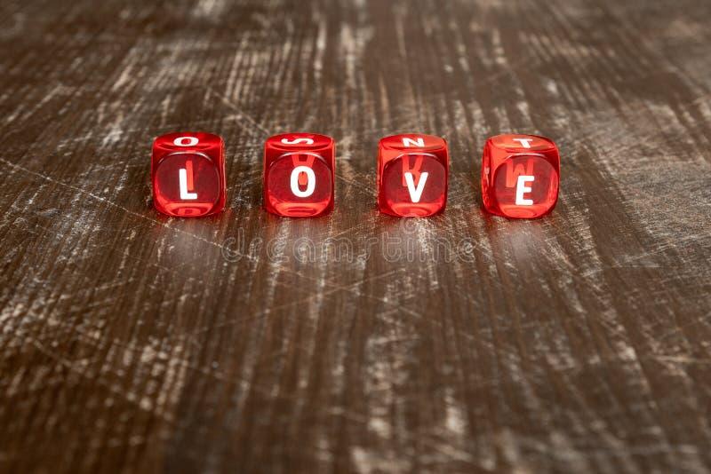 Czerwoni kostka do gry z słowem miłość obraz stock