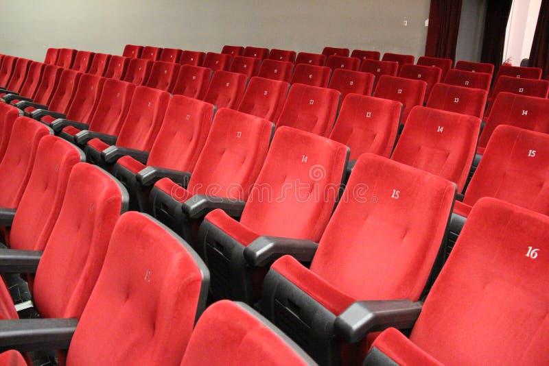 Czerwoni krzesła teatr widownia fotografia stock