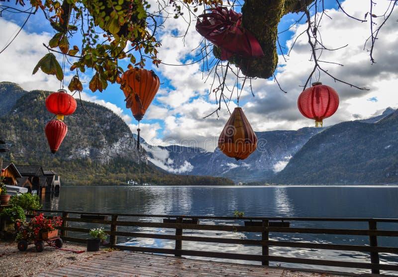 Czerwoni lampiony dla dekoracji lakeview park obraz stock