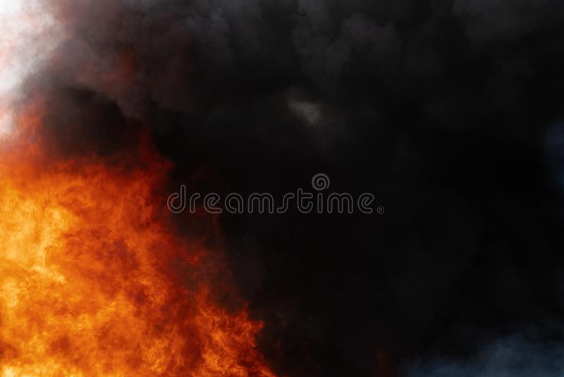 Czerwoni ogromni płomienie silne ogienia i ruchu chmury czerń dym zakrywali niebo obraz royalty free