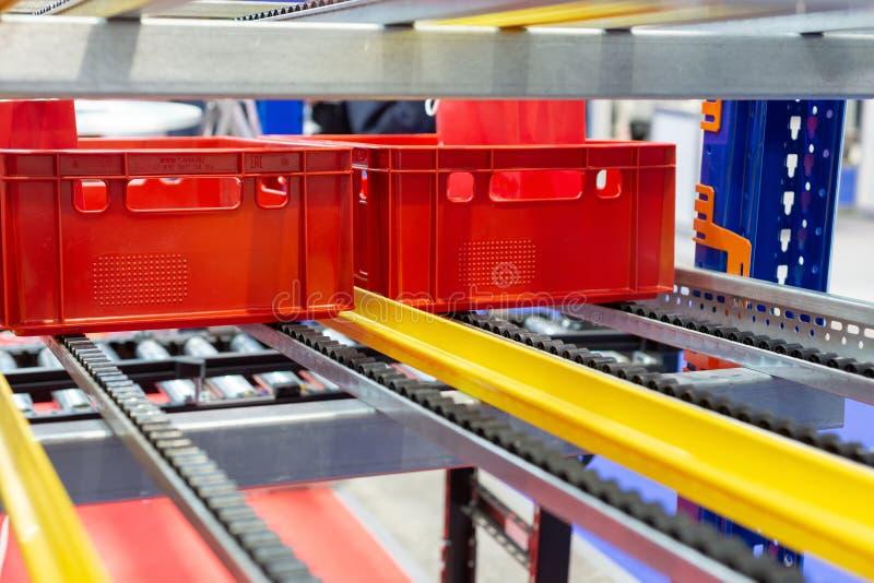 Czerwoni plastikowi pudełka w komórkach automatyzujący magazyn zdjęcie stock
