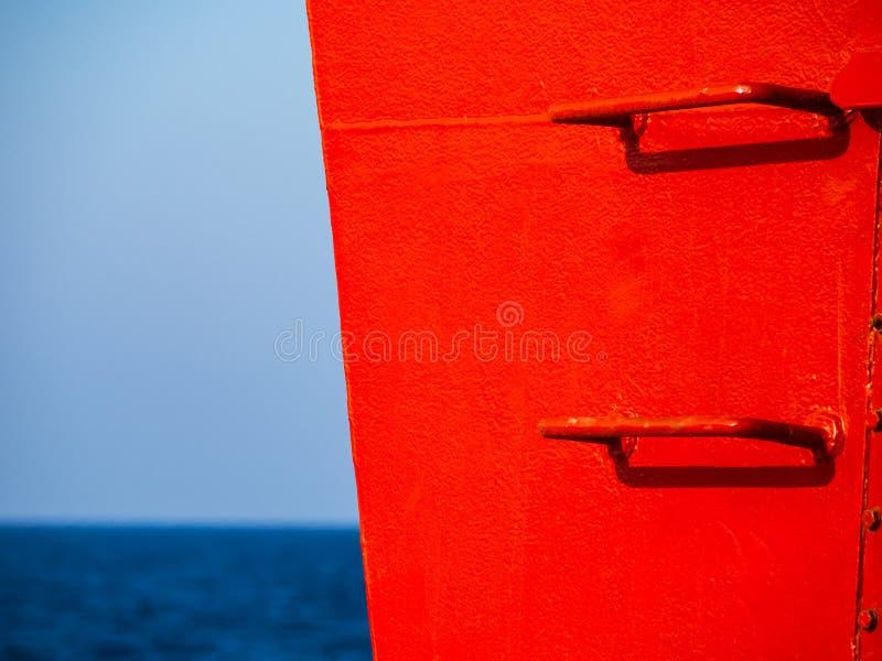 Czerwoni por?czy kroki na statku niebo i morze w tle - wysokiego kontrasta wizerunek - obraz royalty free