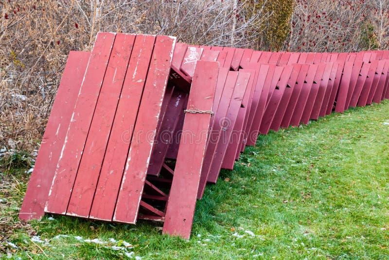 Czerwoni pykniczni stoły brogujący dla zima magazynu w parku obraz royalty free