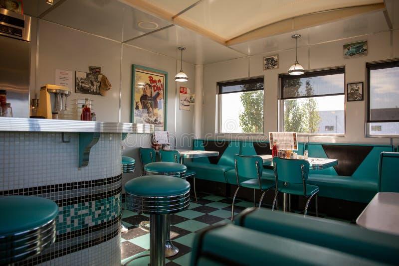 Czerwoni rogacze, Kanada, 18 Lipiec 2019/Typowi gości restauracji wnętrza z czernią i kwasu zielonym wystrojem ?niadaniowy czas obrazy stock