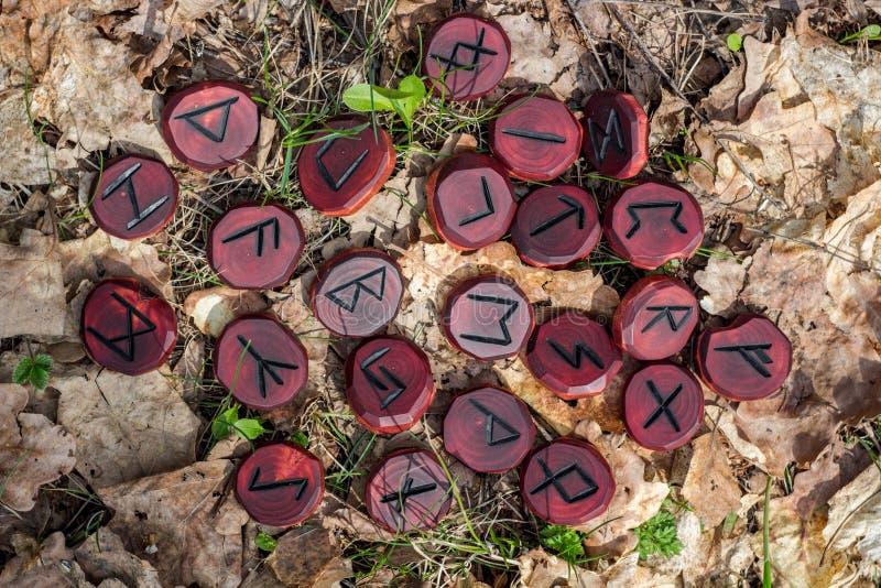 Czerwoni runes rzeźbiący od drewna obrazy royalty free