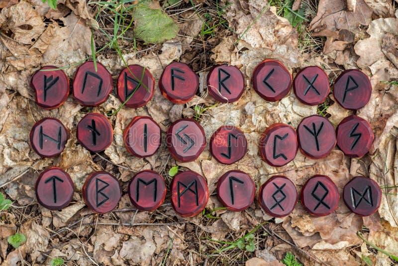 Czerwoni runes rzeźbiący od drewna zdjęcia stock