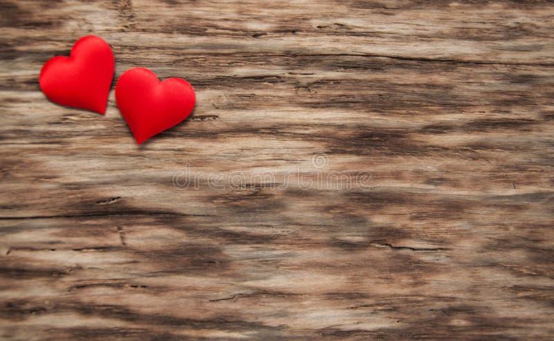 Czerwoni serca na drewnianym tle fotografia royalty free