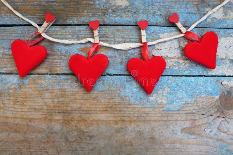 Czerwoni serca na drewnianym tle 8 dodatkowy ai jako tła karty dzień eps kartoteki powitanie wizytacyjny teraz podczas oszczędzon fotografia royalty free