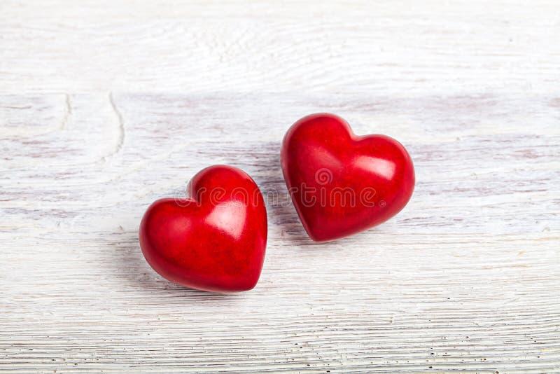Czerwoni serca na stołowym valentine tle obraz stock