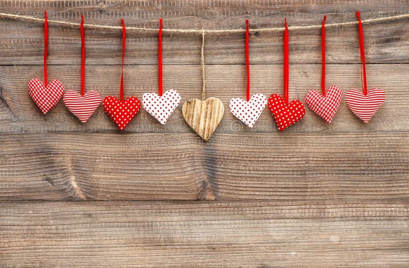 Czerwoni serca nad drewnianym tłem Walentynka dnia dekoracja obraz stock
