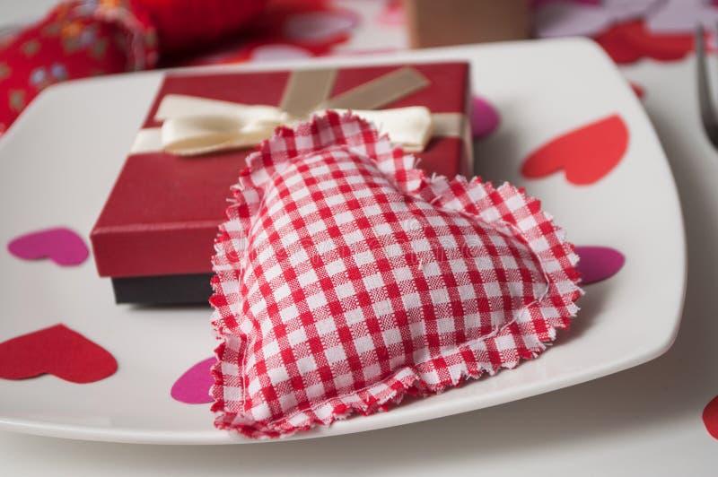 czerwoni serca w talerzu na bielu zgłaszają tło - valentine dnia pojęcie fotografia stock