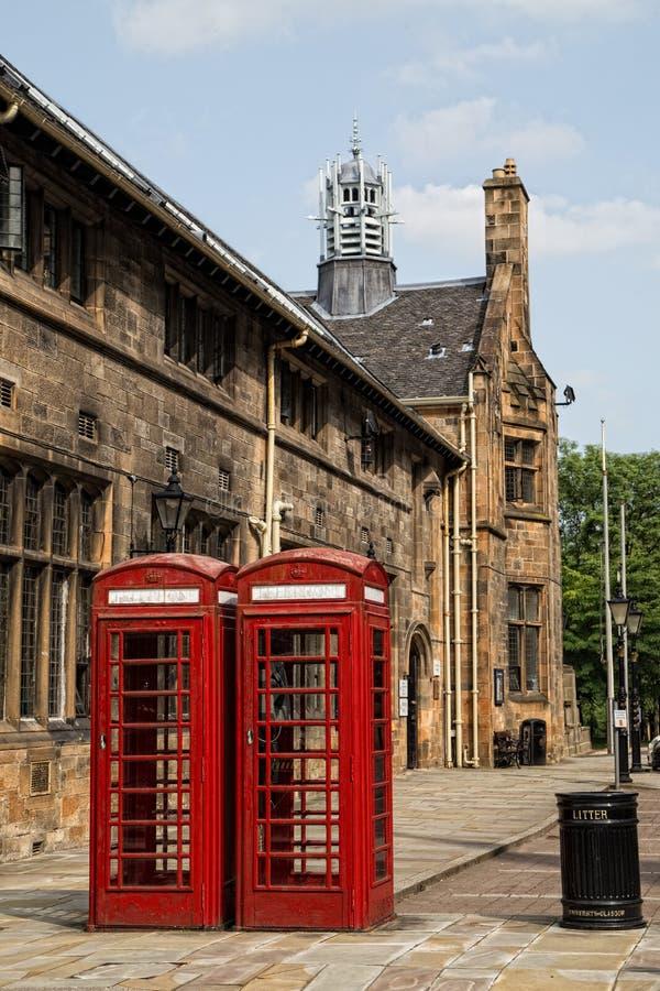 Czerwoni telefoniczni booths w uniwersytecie Glasgow obraz stock