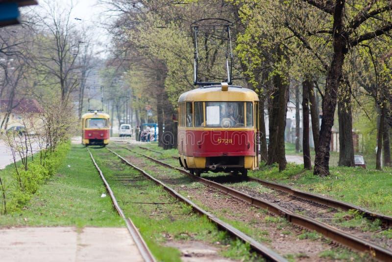 Czerwoni tramwajów poręcze na krzywach fotografia royalty free
