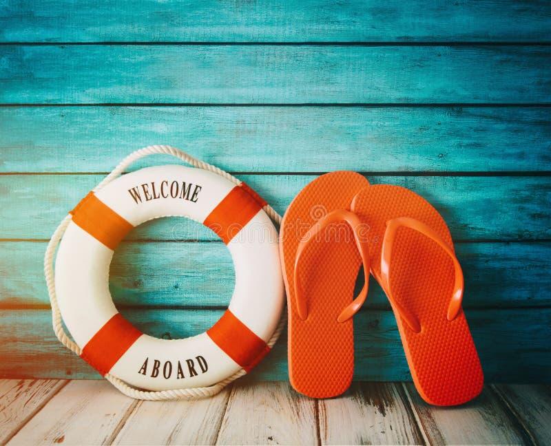 Czerwoni trzepnięcie klap sandały na drewnie zdjęcia royalty free