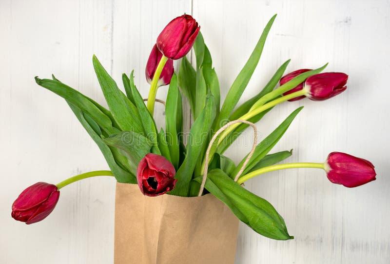 Czerwoni tulipany w brąz torbie zdjęcie stock