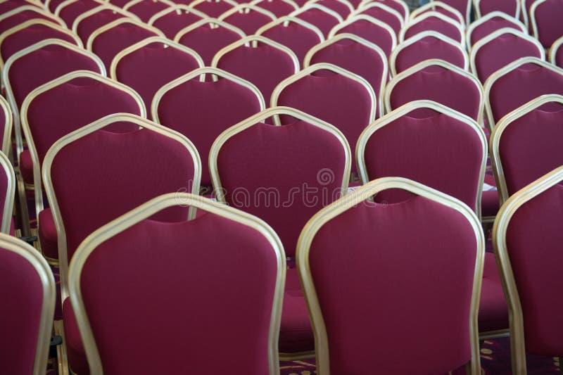 Czerwoni włosów siedzenia w pustej sala konferencyjnej obraz stock