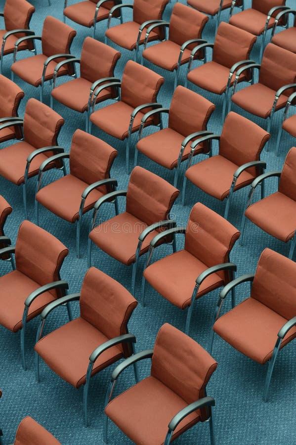Czerwoni włosów siedzenia w pustej sala konferencyjnej obrazy stock