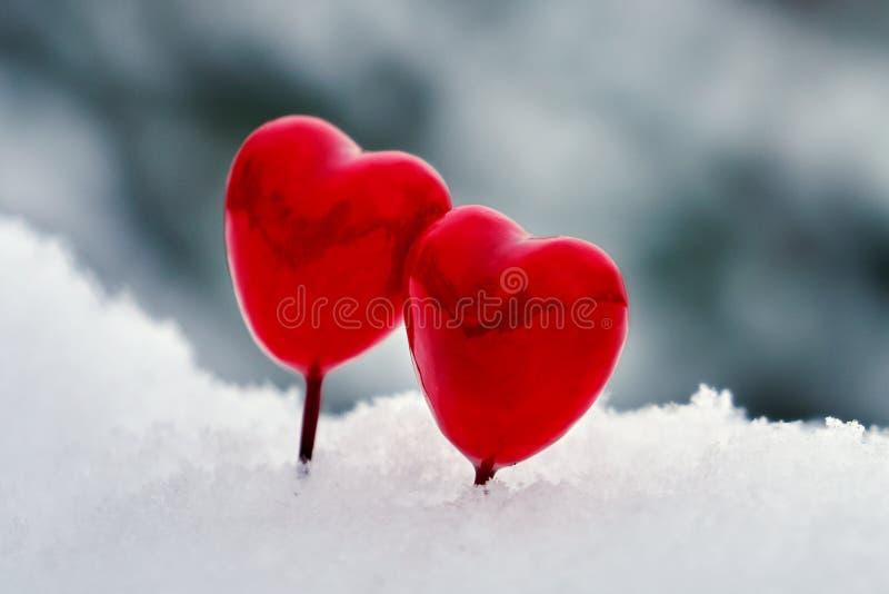 Czerwoni walentynka lizaków serca na białym istnym śniegu outdoors zdjęcia stock