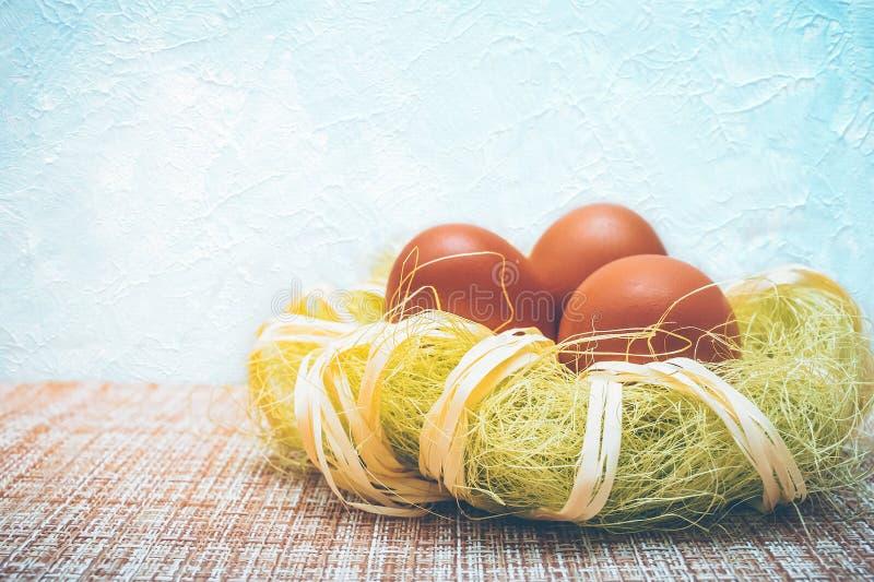 Czerwoni Wielkanocni jajka w dekoracyjnym gniazdeczku zdjęcie stock