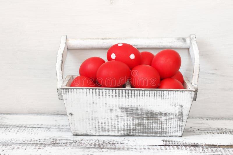 Czerwoni Wielkanocni jajka w drewnianym pudełku fotografia royalty free