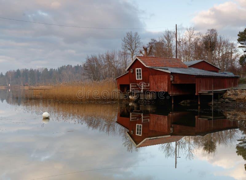 Czerwony łódkowaty dom, spokojny morze obrazy royalty free
