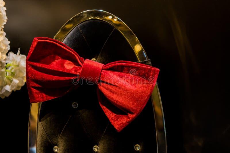 Czerwony łęk, dekoracja pokazu czerwony łęk, ślubu i przyjęcia bukiet, kwiatu kosz, kwiecisty, świeczka, etc, fotografia stock