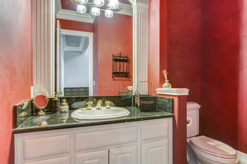 Czerwony łazienka projekt w luksusowym dom na wsi obraz stock