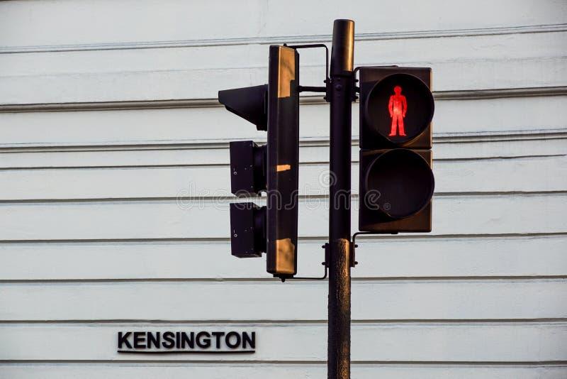 Czerwony światła ruchu dla pedestrians, Londyńska Kensington droga obraz royalty free