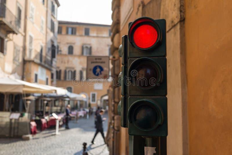 Czerwony światła ruchu w małego miasta chodzącej ulicie w słonecznym dniu fotografia stock