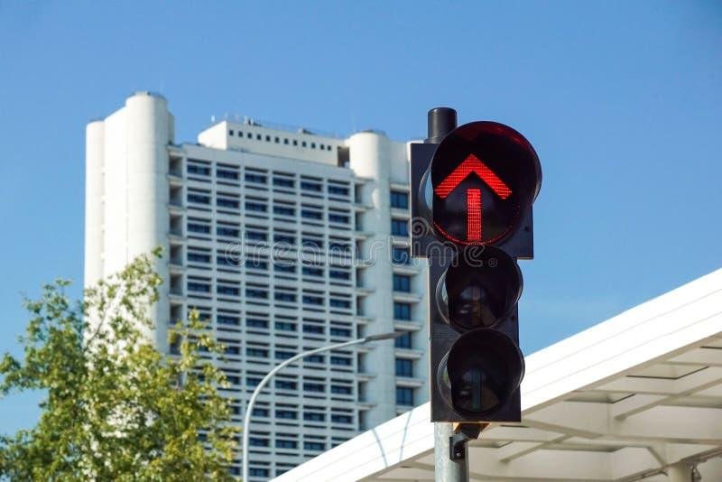 Czerwony światła ruchu w miasto ulicach z czerwonym strzałkowatym światła ruchu, obrazy royalty free