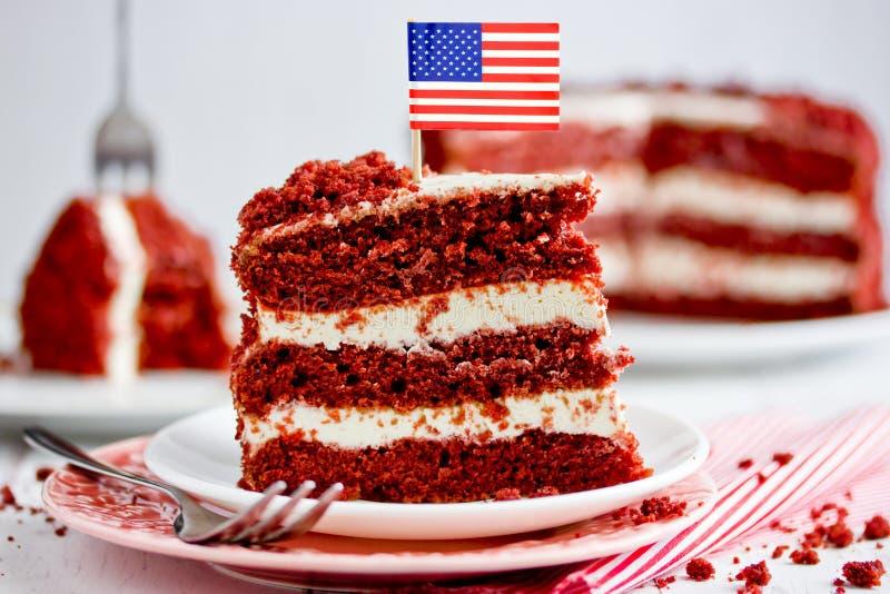 Czerwony aksamita tort, klasyka trzy ablegruj?cy tort od czerwonych mas?o g?bki tort?w z kremowego sera mro?eniem obrazy stock