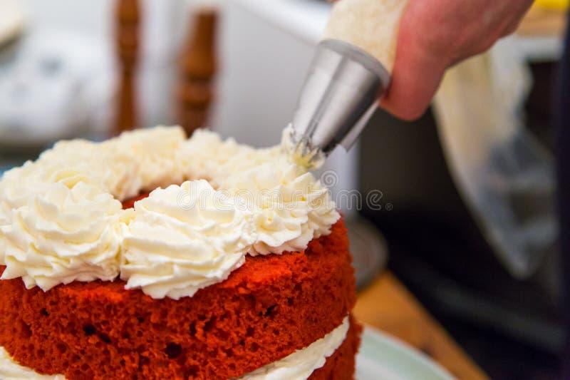 czerwony aksamita tort z batożącą śmietanką zdjęcie stock