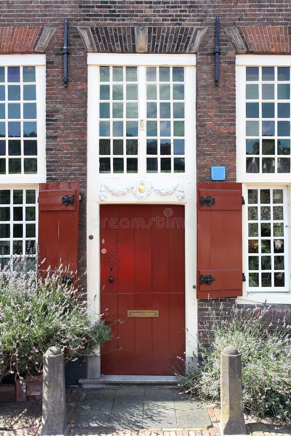 Czerwony antykwarski drzwi