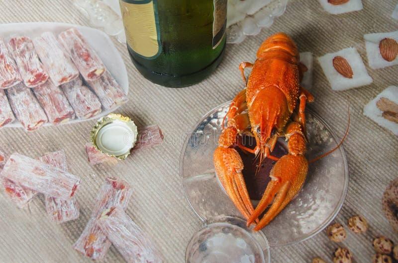 Czerwony apetyczny gotowany nowotwór na tle piwna butelka zdjęcie royalty free